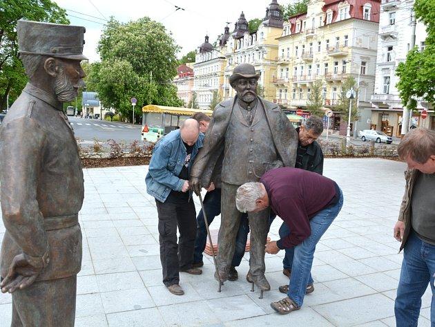 SLÉVAČI z Horní Kalné upevňují sochy monarchů v Mariánských Lázních. Tam budou také v neděli slavnostně odhaleny.