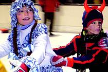 Brusle a pohádkové převlečení musely mít děti, které se přišly před víkendem vydovádět na karneval. Uskutečnil se na stadionu v Havlovicích.