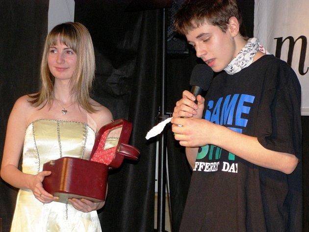 HERECKOU ŠKOLU zpestřila soutěž Missák. Na snímku začínající herec Richard Zevel s moderátorkou Anetou Rybovou.