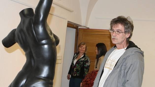 Obdiv sklízejí artefakty umístěné v Galerii města Trutnova. Pocházejí z dílny studentů brněnské Fakulty výtvarných umění. Komentovaný výklad k nim zájemci uslyší až při derniéře 19. dubna. To se zde uskuteční Galerijní noc.