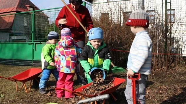 Také děti z vrchlabské mateřinky se podílí na jarním úklidu.