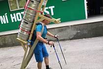 Zdeněk Pácha, valcíř trubek z Frýdecko-Místecka, se v neděli ráno pokusí o historický milník horských nosičů. Na Sněžku ponese od Slezského domu na speciální dřevěné krosně tři plné pivní sudy, celkově 210 kg.