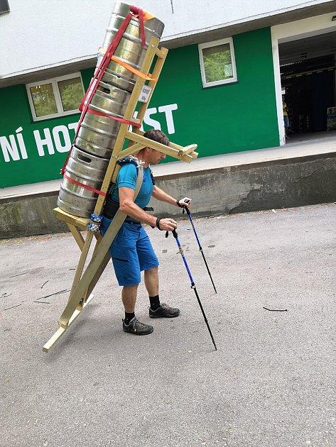 Zdeněk Pácha, valcíř trubek zFrýdecko-Místecka, se vneděli ráno pokusí ohistorický milník horských nosičů. Na Sněžku ponese od Slezského domu na speciální dřevěné krosně tři plné pivní sudy, celkově 210kg.