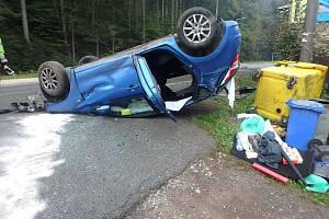 Řidič se vyboural ve Svobodě nad Úpou, s autem skončil na střeše.