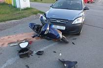 V Komárově se střetl automobil s motocyklem, ke zranění nedošlo.