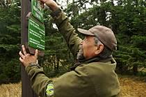 ZMĚNA MUSÍ BÝT patrná i přímo v terénu, proto strážci parku přemisťují desítky sloupků na nově vytyčené hranice.
