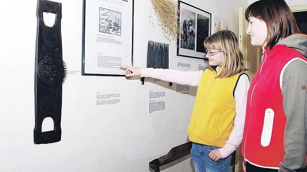 LEN, KONOPÍ, KOPŘIVA. Tak se jmenuje nová expozice v Krkonošském muzeu v Jilemnici. Zájemci ji mohou navštívit do konce dubna.