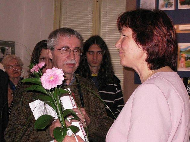 SBĚRATELI  KARLU ŠÍPKOVI poděkovala za novou edici Babičky starostka Eva Hylmarová.