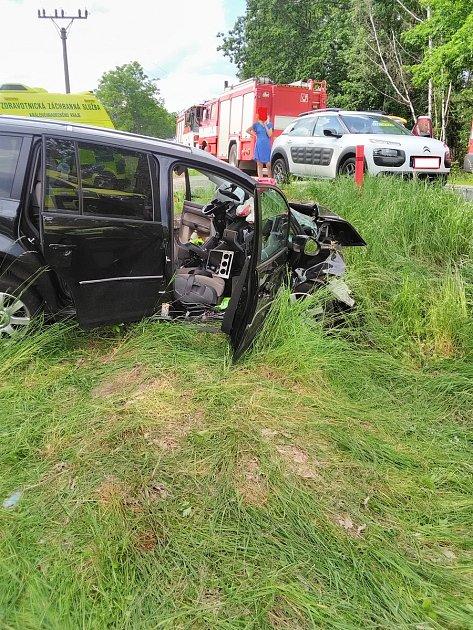 Smrtí dvou lidí skončila středeční havárie vúseku silnice mezi obcemi Choustníkovo Hradiště a Kocbeře.