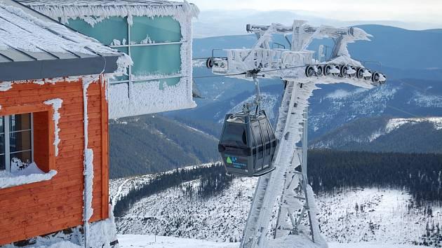 Kabinová lanovka na vrcholu Sněžky.
