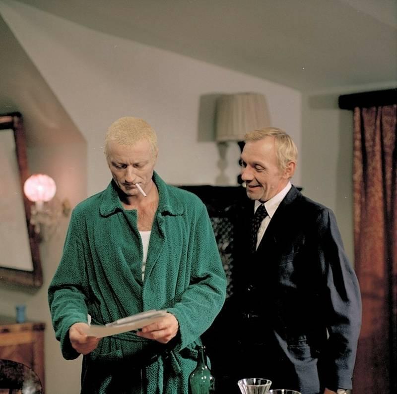 Agent Pavel Bláha v podání Radoslava Brzobohatého v televizním seriálu Třicet případů majora Zemana.