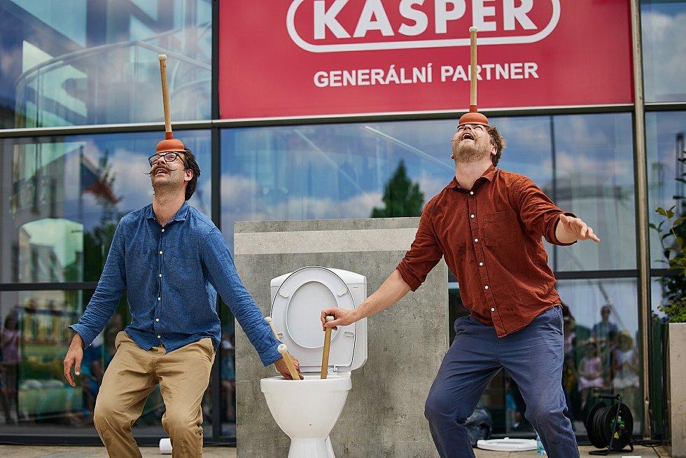 Bratři v tricku při vystoupení Hra o trůn, ve kterém použili záchodová prkénka.
