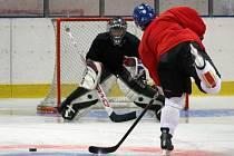 Hokejisté HC Trutnov v přípravě na ledě.