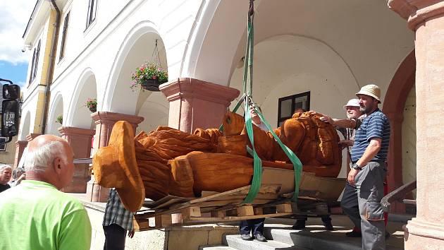 Dřevěný Krakonoš je zhotoven z dubového dřeva. I s holí je vysoký skoro tři metry a váží bezmála dvě tuny.