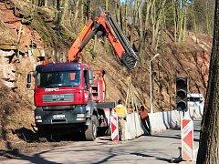 NA SKALNÍM MASIVU v Úpici dělníci pracují už více než měsíc. Omezena je tu proto i doprava, silnice je zúžená do jednoho jízdního pruhu a provoz řídí semafory.