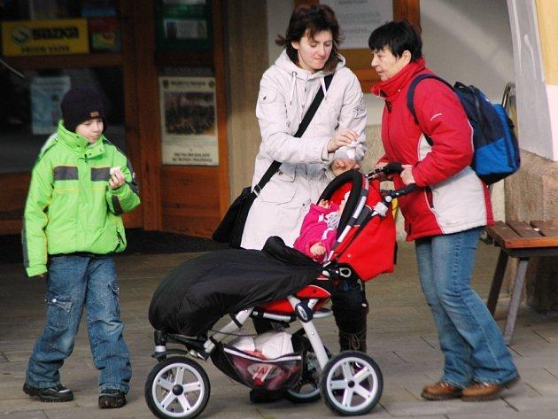Mateřská dovolená většinou rychle uteče a zaměstnání  se ženám často těžko shání. Kromě toho řeší problém, komu svěřit své děti.