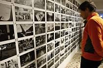 Objekt na hraničním přechodu v Malé Úpě již rok slouží coby obecní úřad, od soboty sem ale návštěvníci mohou zajít také do Galerie Celnice. Slavnostní vernisáží tu začala výstava fotografií Bohdana Holomíčka a potrvá celou zimní sezónu.
