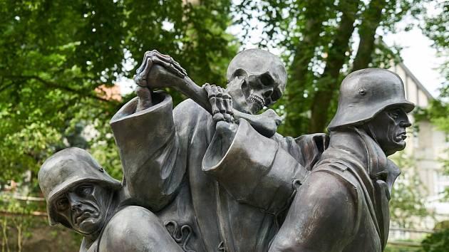 Z instalace repliky schwantnerovy sochy Tanec smrti v městském parku v Trutnově.