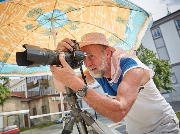 Výtvarníci budou opět tvořit přímo mezi lidi. Na snímku uznávaný trutnovský fotograf Ctibor Košťál.