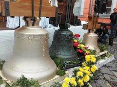 Eliška, Maria a Mikuláš se vrátili domů. Do dřevěné zvonice v Lomnici