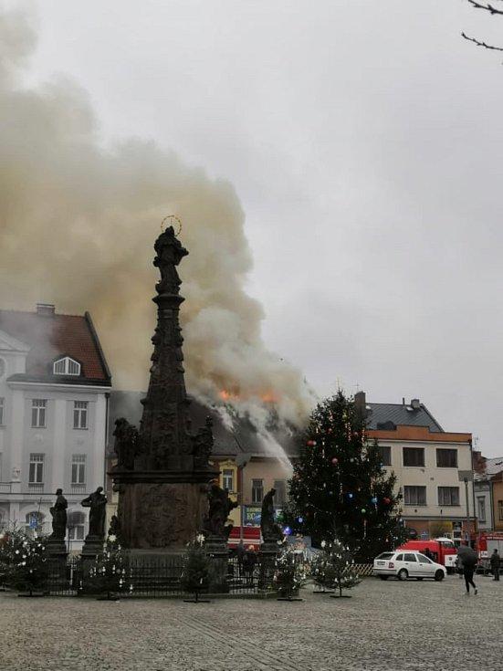 Na náměstí TGM ve Dvoře Králové nad Labem zasahuje devět jednotek hasičů u požáru domu.