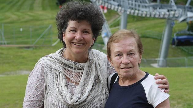 Bývalá československá reprezentantka Magda Černocká-Slavíčková (vpravo) při 70. výročí lanové dráhy Svatý Petr - Pláň s Mirkou Čejkovou.