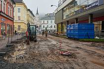 V Trutnově je v plném proudu rekonstrukce pěší zóny v centru města, pokračovat bude do poloviny příštího roku.