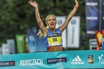 Výrazné zlepšení českého rekordu Mattoni 1/2Maratonu Karlovy Vary. Eva Vrabcová-Nývltová do cíle doběhla jako první žena v čase 1:11:54.
