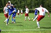 Fotbalisté Dvora Králové nad Labem B (v modrém) vyhráli na hřišti Jiskry Kocbeře 2:0.