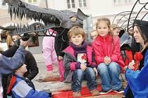 KOVOVÝ DRAK je symbolem trutnovských slavností Už ho nesou. Nyní se představí na brněnském veletrhu.