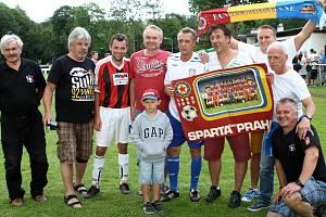 Fotbalové sedmdesátiny Rudníku přivedly na místní hřiště sparťanskou fotbalovou legendu Jana Bergera či dalšího někdejšího reprezentanta, na jaře trenéra Sparty Petra Radu.