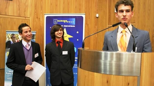TROJICE STUDENTŮ KRÁLOVÉDVORSKÉHO GYMNÁZIA se zúčastnila celostátní soutěže Rozhoduj o Evropě. Na závěrečném summitu v Olomouci si Jakub Vojtěch, Martin Janíček a Petr Novotný vybojovali zvláštní cenu, vzdělávací cestu do Bruselu.