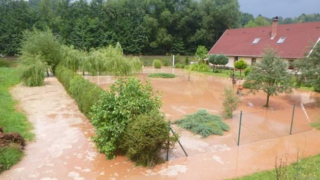 Bouřky řádí. Někde voda zaplavuje pozemky.