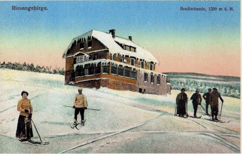 Zimní turisté před Brádlerovou boudou koncem 19. století.