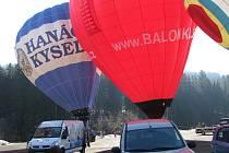 Pětice balonů vystartovala v neděli ráno na Sněžku