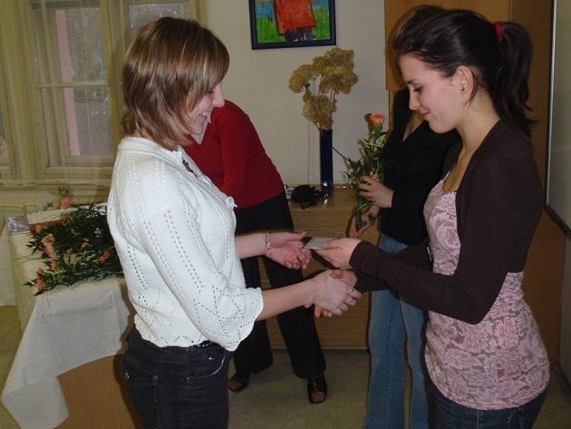 Průkaz Červeného kříže dostalo ve středu na Střední zdravotnické škole v Trutnově dvacet nových členů, mezi nimi také Nikola Špičková.