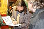 Filip Pýcha slavnostně pokřtil vydání Rukopisu královédvorského v komiksu. Fanouškům knihu v královédvorské knihovně také osobně podepsal.