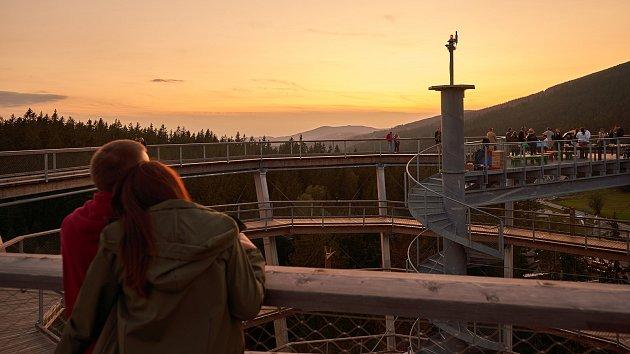 Západ slunce na krkonošské Stezce korunami stromů