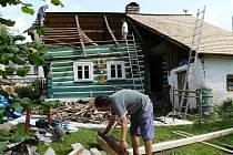 Na roubence září nová krytina, dům ožil dětským smíchem