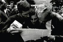 """ČTIVĚJŠÍ TÉMATA se v novinách objevovala už od jara 1968. Vladimír Wolf, pamětník tehdejších událostí k tomu říká: """"Na 1. máje jsme si s ženou si koupili Rudé právo a dalo se to číst. Konečně se objevovala zajímavá témata, to byl pokrok."""""""