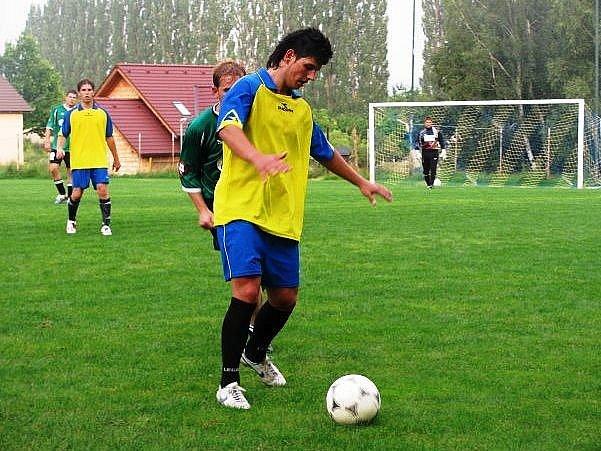 Stružinecký záložník Pepa Ševců si pokrývá míč před dotírajícím jenišovickým Leošem Bernardem.