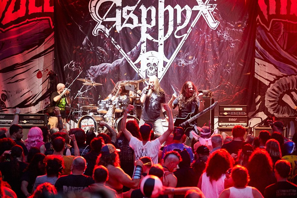 Vystoupili také Asphyx.
