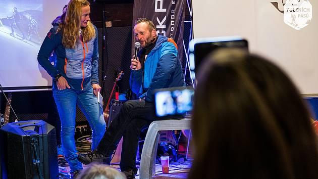 Jiří Pleskač (s mikrofonem), hlavní pořadatel Noci tuleních pásů 2019 v Peci pod Sněžkou.