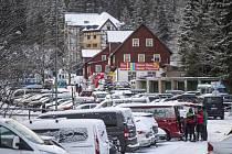 Zaplněné parkoviště v Peci pod Sněžkou.