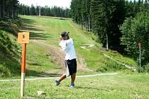 DOSTAT SE NAHORU a hrajeme. Extrémní golf zpočátku ten obyčejný moc nepřipomíná. Pořád se ale musí trefit jamka.