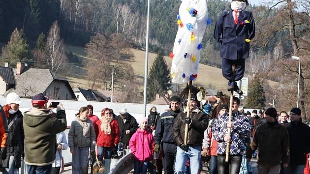DLOUHOLETÁ TRADICE vítání jara v Suchovršicích nenechala za pecí včera v obci nikoho. Průvod s vynášením Morany byl opět mohutný.