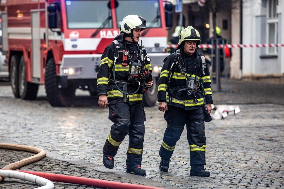 Požár zničil střechu domu na náměstí ve Dvoře Králové nad Labem.