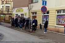 Lidé čekali v sobotu ve frontě na chodníku před prodejnou dětské obuvi v Trutnově.