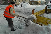 Se sněhem se každodenně potýkají také pracovníci Technických služeb v Žacléři.