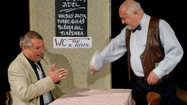 Divadelní ochotníci z Úpice mají za sebou výbornou premiéru a první reprízu hry Otto Zelenky Bumerang. Druhá repríza úspěšné komedie se uskuteční v pátek 23. října v úpickém divadle od 20 hodin.